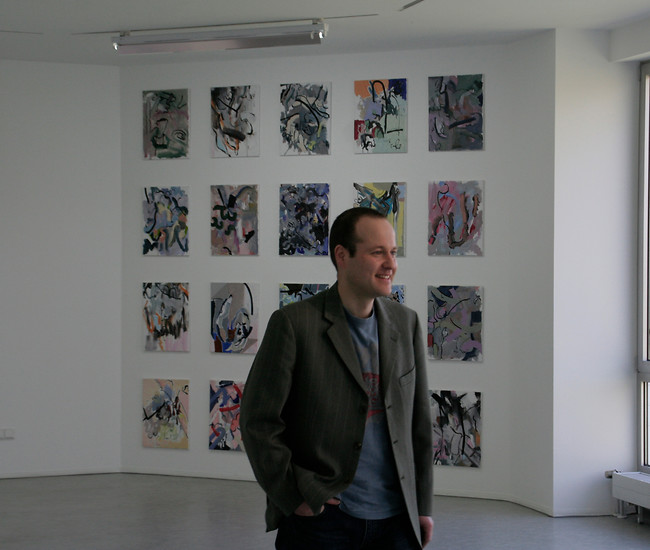 "Jeremy Glogan in der Ausstellung ""Both Here an Over There"""